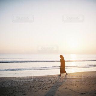 ビーチに立っている人の写真・画像素材[997327]