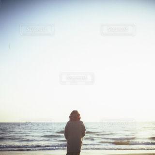 ビーチに立っている人の写真・画像素材[997328]