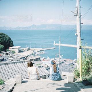 ビーチに座っている人々 のグループの写真・画像素材[997332]