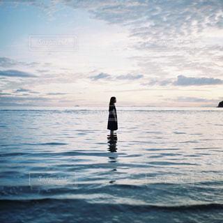 水の体の横に立っている人 - No.997333