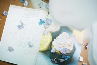 テーブルの上のコーヒー カップの写真・画像素材[1432445]
