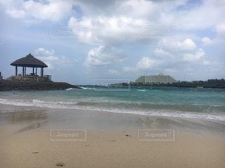 海の横にある砂浜のビーチ - No.896164