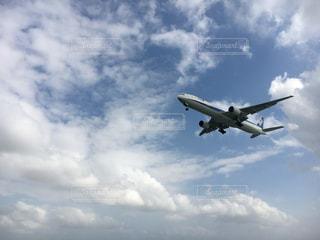 青い空を飛んでいる飛行機 - No.896181
