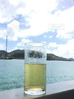水の大きな体を見下ろす透明なガラスの写真・画像素材[1056447]