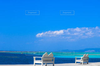 ビーチの上に座っている青い傘の写真・画像素材[896818]