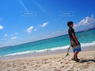 沖縄の海 ・ 流木を持つ男性 - No.899411