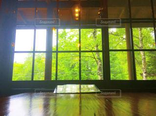 大きな窓の景色 - No.904372