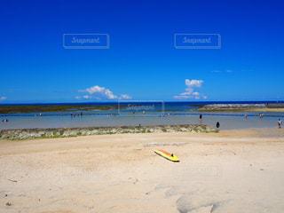 潮が引いた浅いビーチ - No.964625