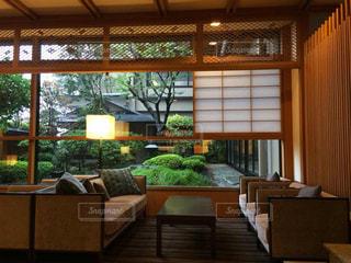 リビング ルームの家具と大きな窓いっぱいの写真・画像素材[929141]