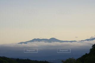 雲から突き出る山の写真・画像素材[897508]