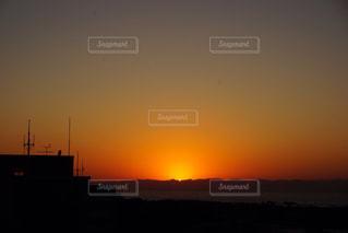 日本海に沈む夕日の写真・画像素材[898828]