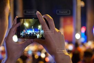 携帯電話を持つ手の写真・画像素材[1020910]