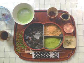 テーブルの上に食べ物のボウルの写真・画像素材[911650]