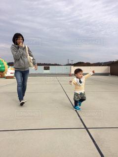 子の隣に歩く少年の写真・画像素材[901538]