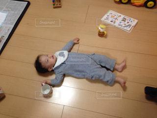 テーブルの上に横たわる少年の写真・画像素材[1009714]