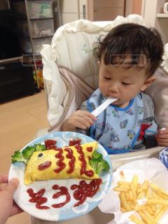 テーブルに座っている小さな子供の写真・画像素材[1317036]