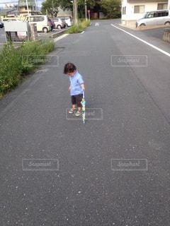 晴れてるのに傘差す息子の写真・画像素材[1484778]