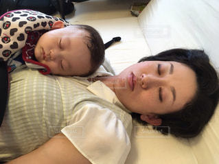 ママと一緒にお昼寝の写真・画像素材[1805807]
