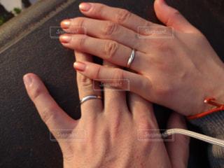 結婚指輪をした手を繋いで愛の誓いの写真・画像素材[1807715]