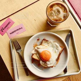 テーブルの上に食べ物のプレートの写真・画像素材[1537325]