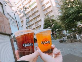 オレンジ ジュースのガラスを保持している人の写真・画像素材[899127]
