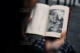 本を読む女性の写真・画像素材[900203]