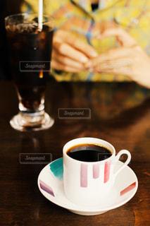 テーブルの上のコーヒー カップの写真・画像素材[900204]