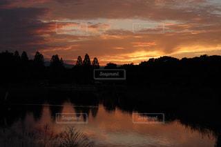 池に沈む夕日の写真・画像素材[900207]