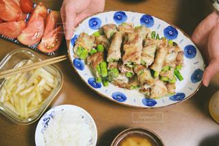テーブルの上に食べ物のプレートの写真・画像素材[1202560]