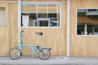 自転車は建物の脇に駐車の写真・画像素材[1202561]