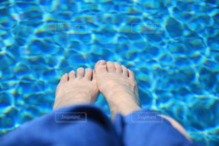 水に浸けた足の写真・画像素材[1205564]