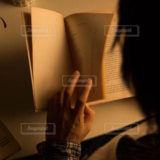 ページをめくる人の写真・画像素材[1207108]
