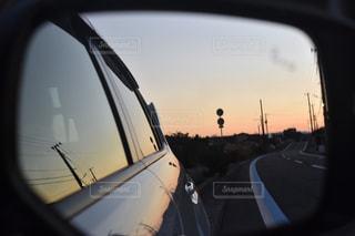 サイドミラーから覗く夕焼けの写真・画像素材[911540]