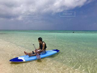 サーフィン ボードに乗る人の写真・画像素材[899702]