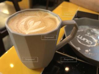 テーブルの上のコーヒー カップの写真・画像素材[899834]