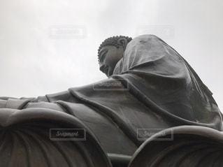 椅子に座っている男の写真・画像素材[899836]
