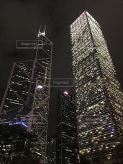 背の高い建物が夜ライトアップの写真・画像素材[899837]