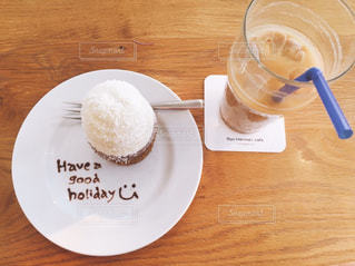 木製のテーブルにコーヒーのカップとプレート - No.1020245
