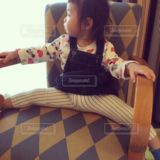 椅子に座っている女の子の写真・画像素材[900111]