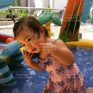 プールで遊ぶ子どもの写真・画像素材[900112]