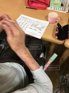 机の上に座っている男の写真・画像素材[903021]