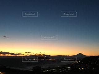 江ノ島と、海に沈む夕日の写真・画像素材[903031]