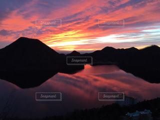 朝、雲、空、湖と。の写真・画像素材[903032]