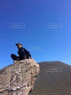 岩の上で景色を見ながら、休憩中。 - No.903034