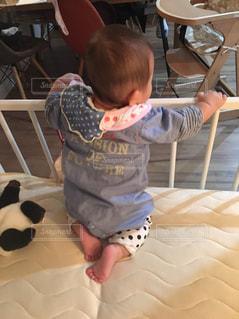 ベッドの上で膝立ちする赤ちゃんの写真・画像素材[904388]