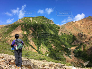 山から山を見ているの図の写真・画像素材[904435]