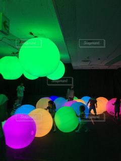 光の球で遊ぶ。の写真・画像素材[904436]