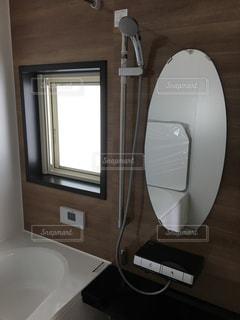 洗面台と鏡付きのバスルームの写真・画像素材[1154560]