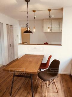 木製テーブル付きの部屋の写真・画像素材[1154625]