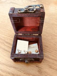 木製のテーブルの上に座って荷物の一部の写真・画像素材[1154700]